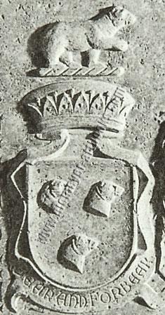 May von Weinberg: Forbes-Wappen auf Grabstein